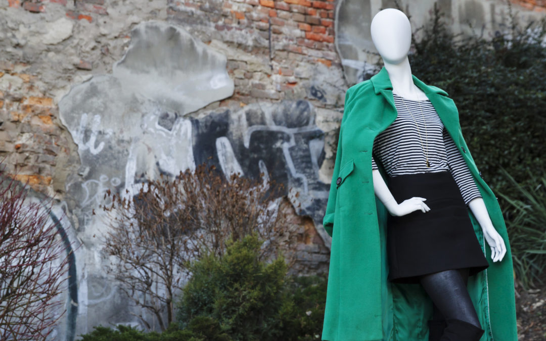 Zielony płaszcz iponadczasowe czarno-białe paski